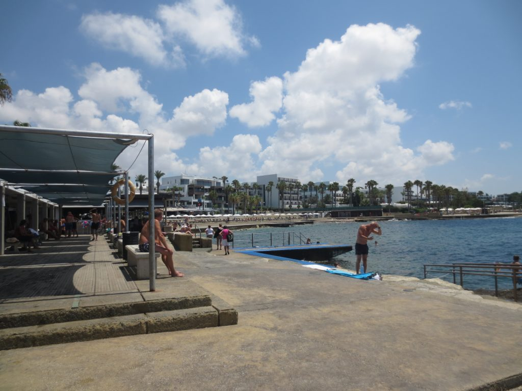 Kato Pafosz strandja a városközpontban